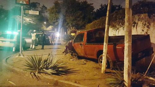 Conductor ebrio huye tras derribar un poste y chocar contra una casa