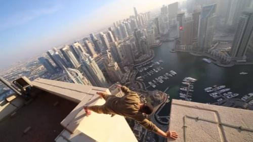 Acróbata desafía a la muerte sobre los rascacielos de Dubai