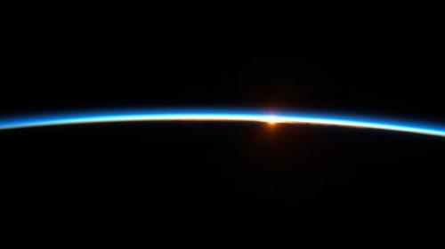 Así se mira un amanecer desde el espacio