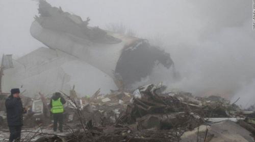 Tragedia aérea: un avión se estrella en Asia y deja 37 muertos
