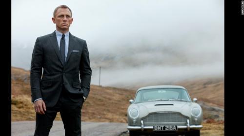 """El Agente 007 cae en la tentación de recibir una """"mordida"""" en México"""