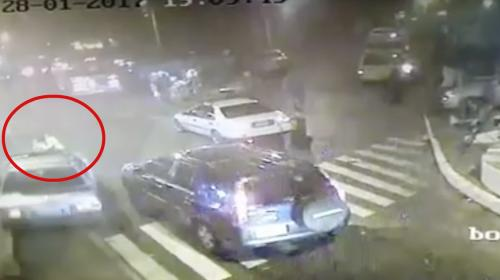 Conductor atropella a PMT en pleno Parque Central de Mixco