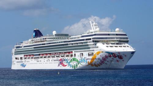 Mujer cae al mar durante una fiesta en un crucero