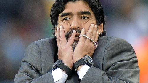 Maradona causa polémica por foto con un animal en peligro de extinción