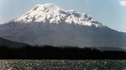 Volcán ecuatoriano destrona al Everest como el más alto del planeta