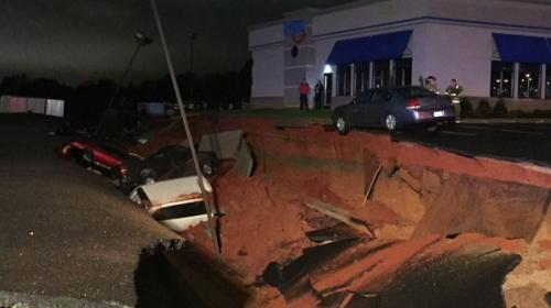 """Agujero se """"traga"""" 15 vehículos en parqueo de Mississippi"""