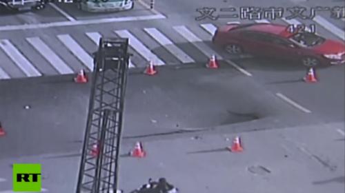 Policía evita tragedia al adelantarse a hundimiento en carretera