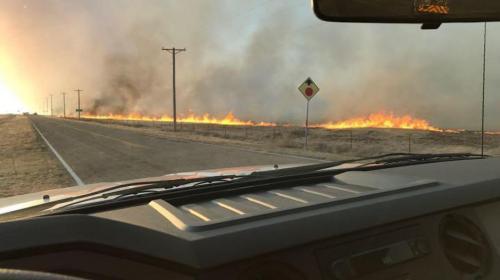Voraz incendio consume todo en Kansas, excepto una residencia
