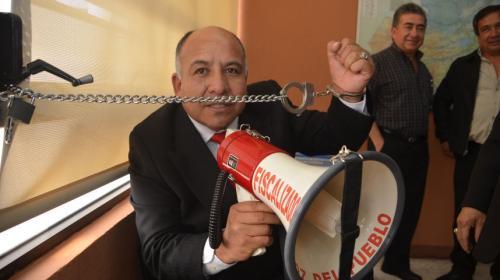 Diputado se encadena a la oficina del Ministro de Desarrollo