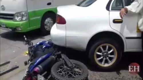 Taxista ebrio se lleva de encuentro a motociclista y se estr 2