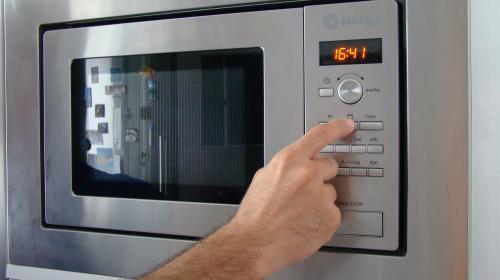 Esto pasa si abres el microondas antes de que termine el tiempo
