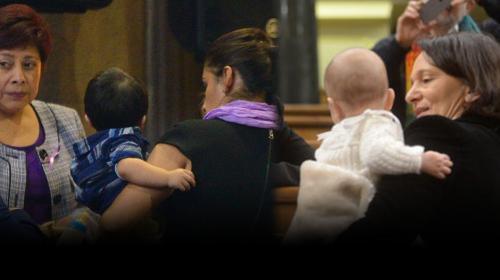 Eva Monte imita a diputada española al llevar a su hijo al Congreso