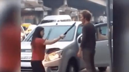 Una mujer se lleva a su esposo a punta de machete