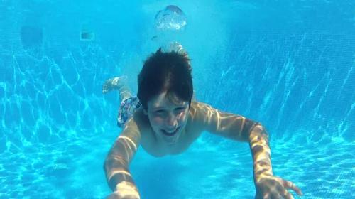 Esta es la razón por la que se te irritan los ojos en la piscina