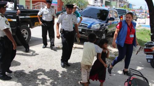 Rescatan a dos niños abandonados en vivienda en San Francisco, Petén