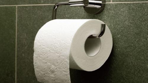 Colocar papel higiénico en el inodoro de baños públicos no ayuda