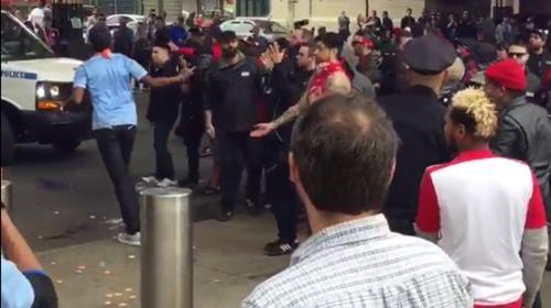Brutal pelea entre fanáticos del fútbol que ni la policía puede parar