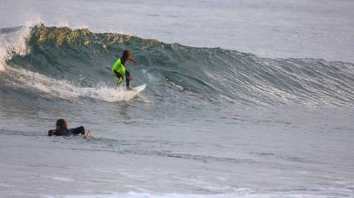 Pequeño surfista tiene un terrorífico encuentro en el mar