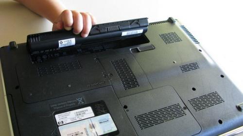 ¿Se debe desconectar el cargador de batería de la laptop?