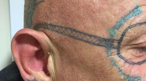 Al estilo Hangover: un hombre amanece tatuado luego de una fiesta