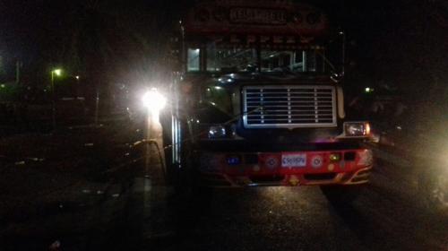 Ayudante de autobús salva a piloto de morir en ataque armado