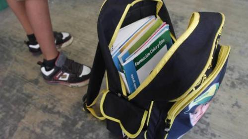 Ordenan revisar mochilas de estudiantes en escuelas y colegios
