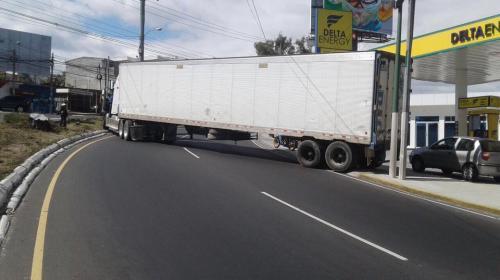 ¡Paso cerrado! Tráiler bloquea ruta en ciudad San Cristóbal