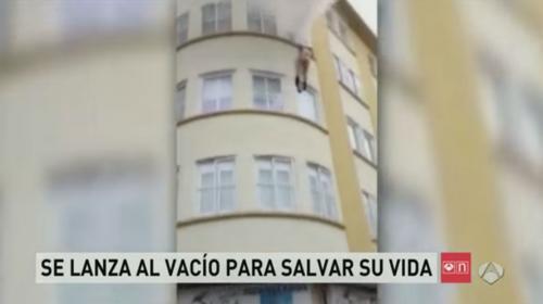 Video capta a una mujer que se lanza de un edificio en llamas