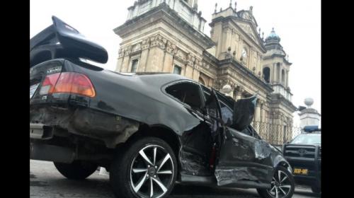 Piloto ebrio estrella auto en graderío de Catedral Metropolitana