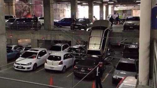 Vehículo cae sobre otro carro en estacionamiento de Oakland Mall