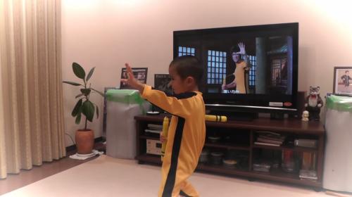 ¡Adorable! Un niño recrea las escenas de Bruce Lee a la perfección