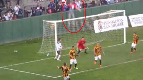 Aficionado cae desde lo alto de una tribuna en un estadio argentino