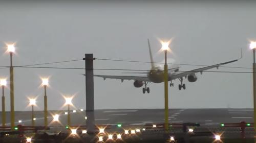 Fuertes ráfagas de viento impiden aterrizaje de avión
