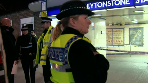 Video registra ataque yihadista con arma blanca en metro de Londres