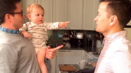 Bebé no sabe diferenciar entre su papá y su tío que son gemelos