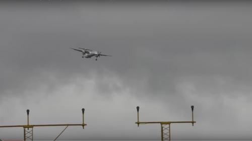 Impresionante aterrizaje de un avión en medio de una tormenta tropical