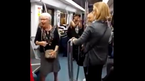 Una pareja de adultos mayores bailan al ritmo del hip hop en el metro