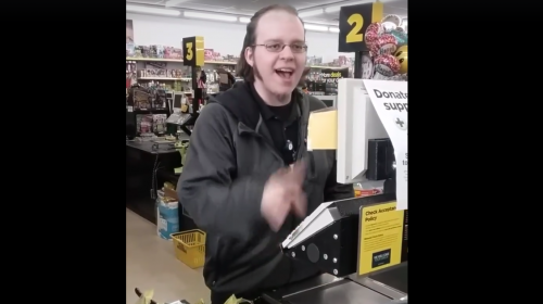 Un cajero se hace viral en Facebook por su angelical voz