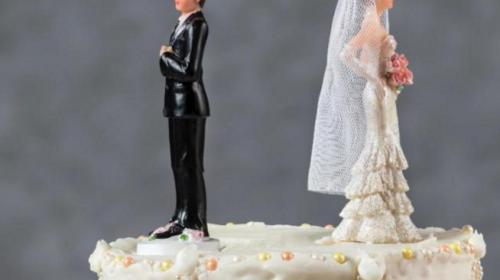 Una mujer vestida de novia interrumpe la boda de su amante