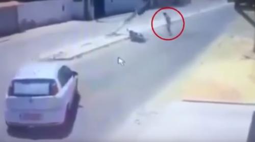 Motociclista sobrevive a un doble accidente en menos de un minuto