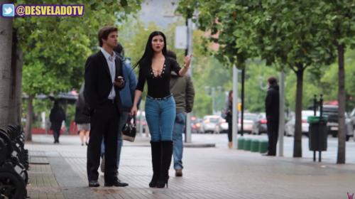 ¿Cómo reaccionan los hombres cuando una bella mujer les pide dinero?