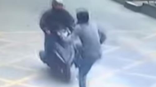 Víctima de robo derriba a un ladrón con una espectacular actuación