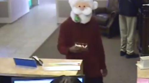 ¡Irónico! Santa Claus roba un banco, pero antes reparte dulces