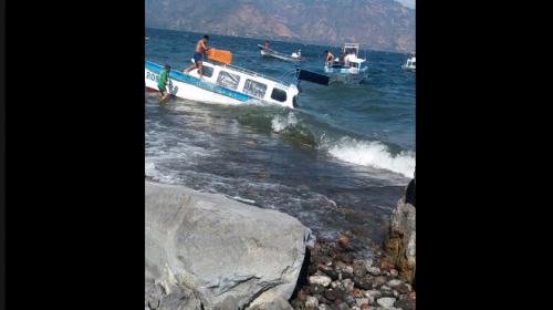 Así fue como naufragó una lancha en el lago de Atitlán
