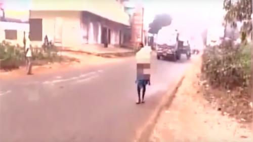 Un hombre camina 15 kilómetros para llevar el cuerpo de su hija a casa