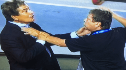 """¡Pelea! Así se enfrentaron los técnicos """"El Bolillo"""" Gómez y Pinto"""