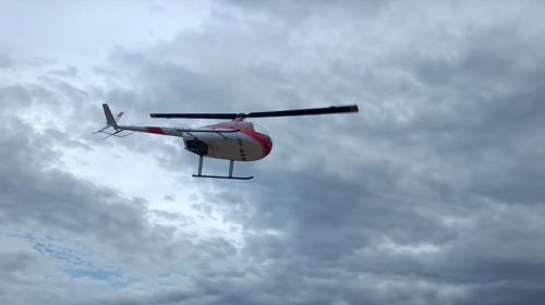 Un helicóptero cae al agua y casi provoca una tragedia