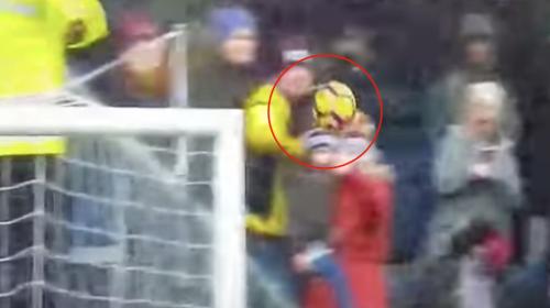 Oportuna atajada evitó que balón golpeara a bebé en la Premier League
