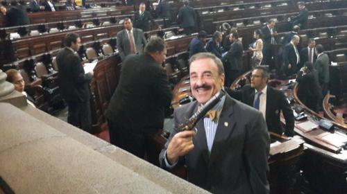 Linares Beltranena saca un arma de plástico durante discusión