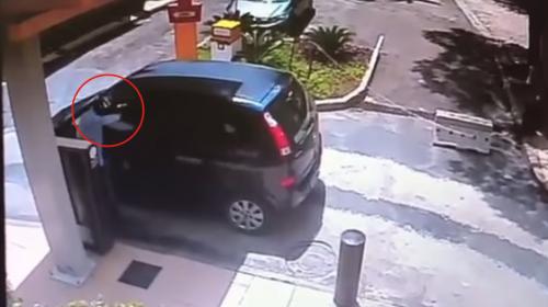 Cámaras graban cuando un asaltante es asesinado en un autoservicio